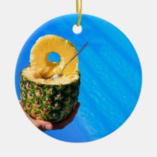 Ornamento De Cerâmica Mão que guardara o abacaxi fresco acima da piscina