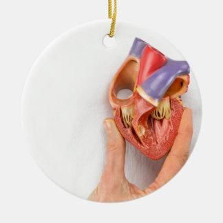 Ornamento De Cerâmica Mão que guardara o modelo do coração na frente da