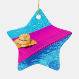 Ornamento De Cerâmica Mattrass cor-de-rosa do ar com o chapéu na piscina
