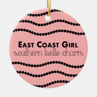 Ornamento De Cerâmica Menina da costa leste com encanto do sul do Belle