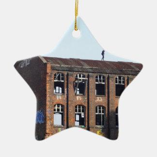Ornamento De Cerâmica Menina no telhado - lugares perdidos