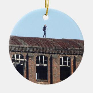 Ornamento De Cerâmica Menina no telhado - lugares perdidos 02,0