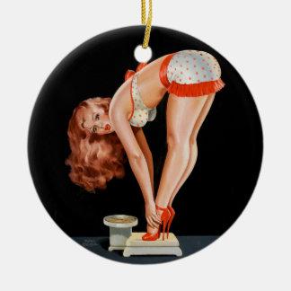 Ornamento De Cerâmica Menina retro engraçada do pinup em uma escala do