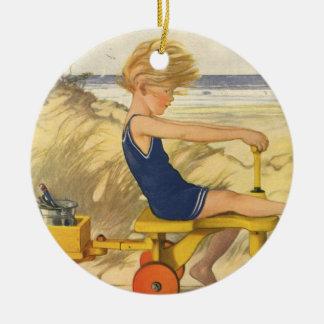 Ornamento De Cerâmica Menino do vintage que joga na praia com brinquedos