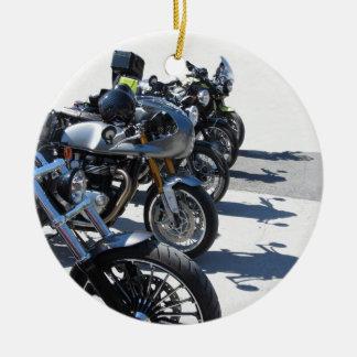 Ornamento De Cerâmica Motocicletas estacionadas na fileira no asfalto