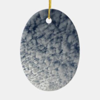 Ornamento De Cerâmica Muitas nuvens macias contra o fundo do céu azul