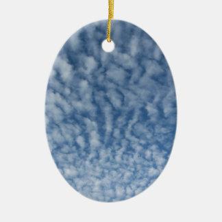 Ornamento De Cerâmica Muitas nuvens pequenas macias contra o fundo do