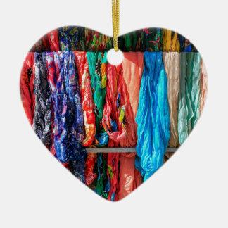 Ornamento De Cerâmica Muitos scarves coloridos que penduram no mercado