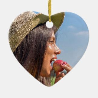 Ornamento De Cerâmica Mulher com chapéu que come a maçã vermelha fora