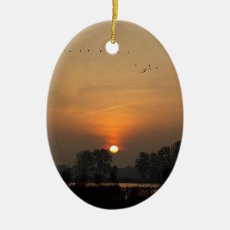 Ornamento De Cerâmica Nascer do sol em um lago com pássaros de vôo