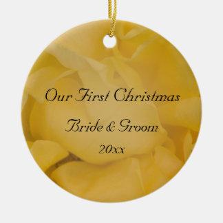 Ornamento De Cerâmica Natal floral do rosa amarelo primeiro junto
