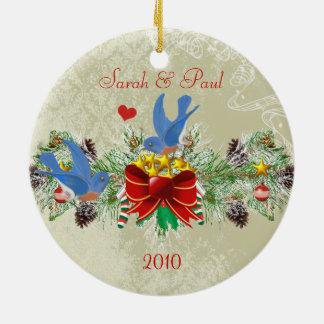 Ornamento De Cerâmica Natal & foto de Pinecones da festão dos Bluebirds