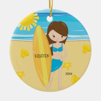 Ornamento De Cerâmica Natal personalizado do surfista menina triguenha