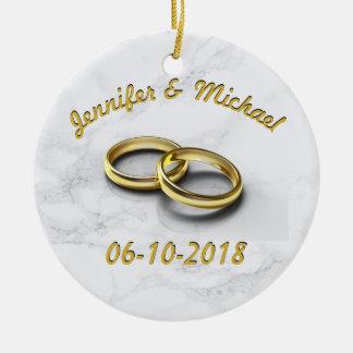 Ornamento De Cerâmica Noiva da data do casamento & anéis de ouro