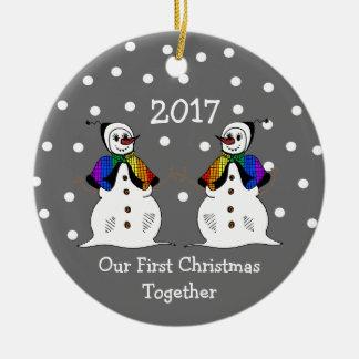 Ornamento De Cerâmica Nosso primeiro Natal junto 2017 (GLBT Snowwomen)