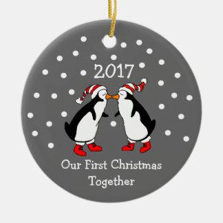 Ornamento De Cerâmica Nosso primeiro Natal junto 2017 (pinguins)
