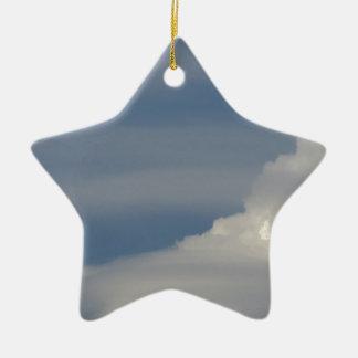 Ornamento De Cerâmica Nuvens brancas macias contra o fundo do céu azul