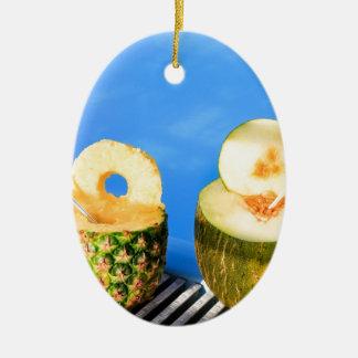Ornamento De Cerâmica O abacaxi e o melão frutificam com palhas na