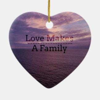 Ornamento De Cerâmica O amor faz uma adopção da família - assistência