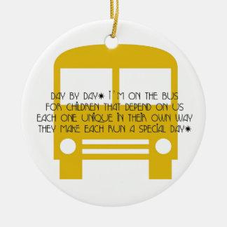 Ornamento De Cerâmica O assistente do ônibus amarela gradualmente o
