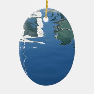 Ornamento De Cerâmica O barco de pesca reflete na água