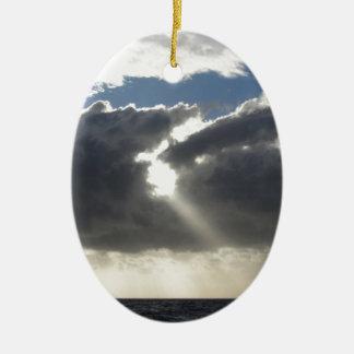Ornamento De Cerâmica O céu com as nuvens e o sol de cúmulo-nimbo dos