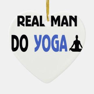 Ornamento De Cerâmica o homem real faz a ioga