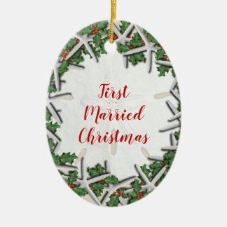 Ornamento De Cerâmica O primeiro dobro casado do Natal da praia tomou
