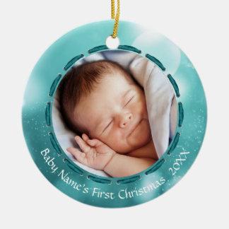 Ornamento De Cerâmica O primeiro Natal do bebê, cerceta/Bokeh branco, 2