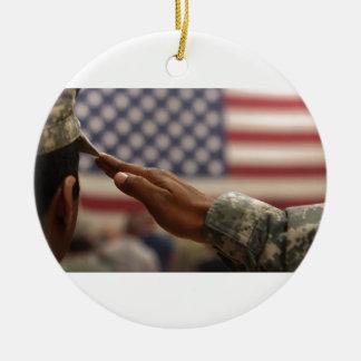 Ornamento De Cerâmica O soldado sauda a bandeira dos Estados Unidos