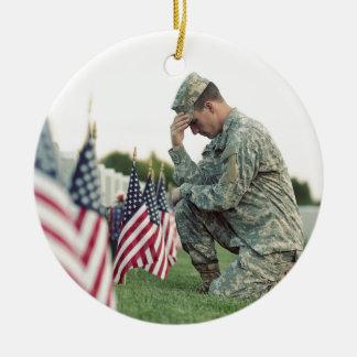 Ornamento De Cerâmica O soldado visita sepulturas no Memorial Day
