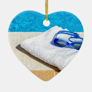 Ornamento De Cerâmica Óculos de proteção e toalha da natação perto da