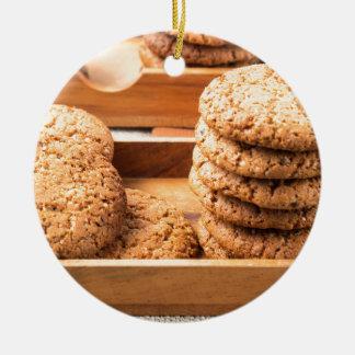 Ornamento De Cerâmica Opinião do Fim-acima em biscoitos da aveia em umas