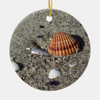 Ornamento De Cerâmica Os Seashells no verão da areia encalham a opinião