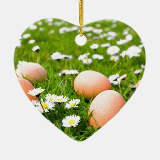 Ornamento De Cerâmica Ovos da galinha na grama com margaridas