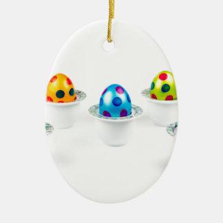 Ornamento De Cerâmica Ovos da páscoa pintados que estão em uns copos de