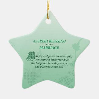 Ornamento De Cerâmica Parabéns irlandeses do casamento que abençoam