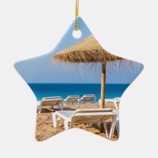 Ornamento De Cerâmica Parasol de vime com praia beds.JPG