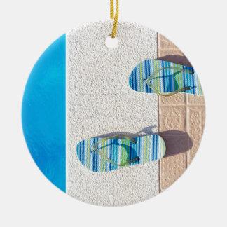 Ornamento De Cerâmica Pares de deslizadores na borda da piscina