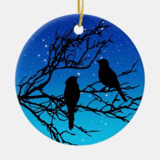 Ornamento De Cerâmica Pássaros em um ramo, preto contra o nivelamento do