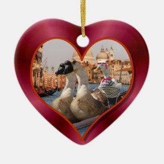 Ornamento De Cerâmica Passeio romântico da gôndola com fundo vermelho do