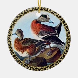 Ornamento De Cerâmica Patos do Widgeon americano em uma rocha