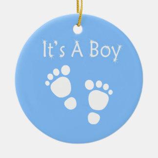 Ornamento De Cerâmica Pé branco do bebê - é um chá de fraldas do menino