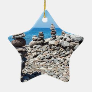 Ornamento De Cerâmica Pedras empilhadas da praia no mar azul