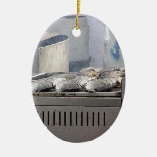 Ornamento De Cerâmica Peixes do churrasco fora com o fumo que emerge