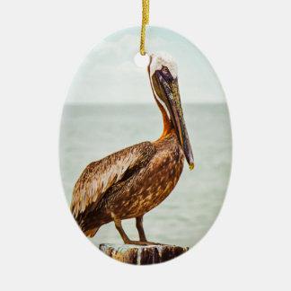 Ornamento De Cerâmica Pelicano bonito empoleirado sobre o oceano