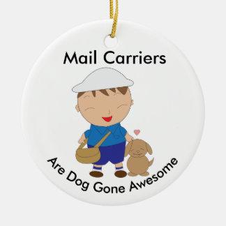 Ornamento De Cerâmica Personalize o cão de Brown do trabalhador postal