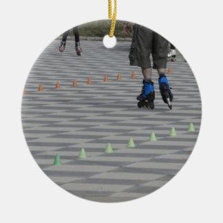 Ornamento De Cerâmica Pés da cara em skates inline. Patinadores Inline