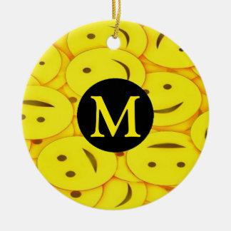 Ornamento De Cerâmica Pilhas do monograma feliz das caras do smiley