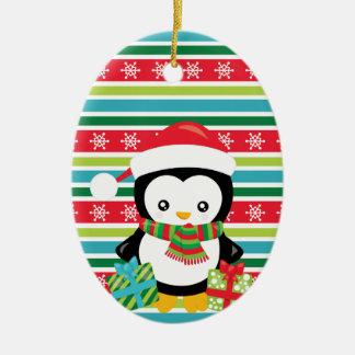 Ornamento De Cerâmica Pinguim do presente em fundo listrado do floco de